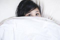 Het wijfje van de slapeloosheid probeert om wat slaap te krijgen Royalty-vrije Stock Foto