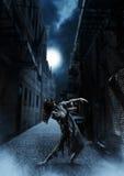 Het wijfje van de verschrikkingszombie op de donkere straat Royalty-vrije Stock Afbeeldingen