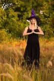 Het wijfje van Nice in Halloween-kostuum het praktizeren yoga Stock Afbeelding