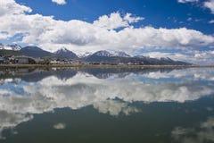 Het wijzen van op Cityscape van Ushuaia in Tierra del Fuego Stock Afbeeldingen