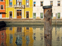 Het wijzen van op huizen in Riva del Garda Stock Fotografie
