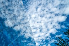Het wijzen van op wolken op een galssvoorgevel royalty-vrije stock foto