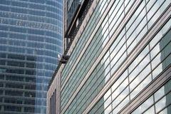 Het wijzen van wolkenkrabber op vensters Stock Fotografie