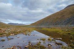 Het wild Altai De rivier, de bergen en de hemel met wolken in samenvatting Royalty-vrije Stock Foto