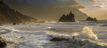 Het wilde strand van Tenerife Dramatisch schot van oceaangolven die agains verpletteren stock afbeelding