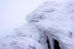 Het wind geschilderde Patroon van de Sneeuwtextuur op steenachtergrond Stock Fotografie