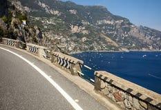 Het winden en een smalle weg op de Amalfi Kust tussen Positano en Amalfi Campania, Italië Royalty-vrije Stock Fotografie