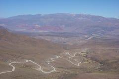 Het winden en vuile weg - humahuaca, het Noorden van Argentinië stock afbeelding