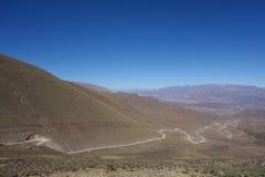 Het winden en vuile weg - humahuaca, het Noorden van Argentinië stock afbeeldingen