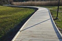Het winden nieuwe houten weggang in park Royalty-vrije Stock Foto's