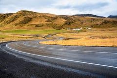 Het winden Raod in een Ijslands Berglandschap stock foto's