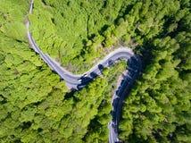Het winden van bosweg met auto's op het Top down mening van een hommel stock fotografie