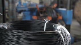Het winden van de kabel op de spoel stock footage