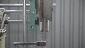 Het winden van een draad op een spoel stock video