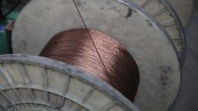 Het winden van een draad op een spoel stock footage