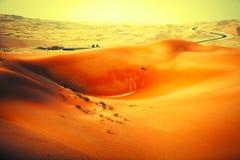 Het winden van zwarte asfaltweg door de zandduinen van Liwa-oase, Verenigde Arabische Emiraten royalty-vrije stock foto's