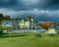 Het Windermere-Hotel op een winderige dag in Oktober royalty-vrije stock afbeeldingen