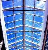 Het winkelcentrum van het glasdak met blauwe hemel in de zomer stock afbeeldingen