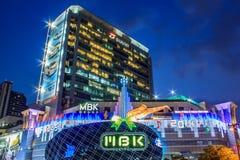 Het winkelcomplex van MBK bij schemer Stock Foto's