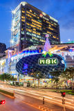 Het winkelcomplex van MBK ` s bij schemer Stock Fotografie