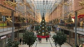 Het Winkelcomplex van Potsdamerplatz Arkaden in Kerstmisdecoratie met reusachtige Kerstboom stock videobeelden