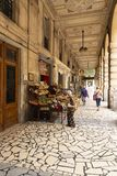 Het winkelen arcade in het centrum van La Spezia, Italië royalty-vrije stock foto