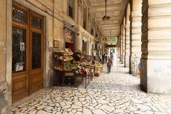 Het winkelen arcade in het centrum van La Spezia, Italië stock afbeeldingen