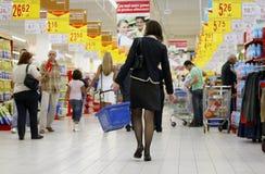 Het winkelen in bezige supermarkt royalty-vrije stock afbeeldingen