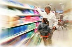Het winkelen bij de supermarkt Royalty-vrije Stock Fotografie