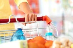 Het winkelen bij de supermarkt stock fotografie