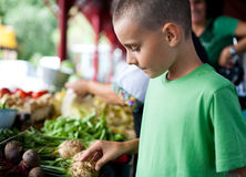 Het winkelen bij landbouwersmarkt Stock Foto's