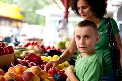 Het winkelen bij landbouwersmarkt royalty-vrije stock afbeeldingen