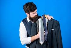 Het winkelen concept Dienst van de winkel de hulp of persoonlijke stilist Stilistraad De aanpassing van stropdas met uitrusting G stock foto's