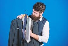 Het winkelen concept Dienst van de winkel de hulp of persoonlijke stilist Stilistraad De aanpassing van stropdas met uitrusting G stock fotografie