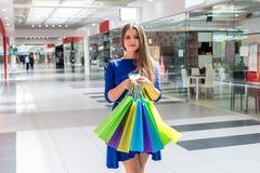 Het winkelen conceptie, vrouw met creditcard en zakken royalty-vrije stock afbeeldingen