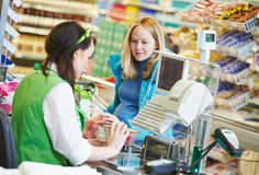 Het winkelen. Controle uit in supermarktopslag Stock Fotografie