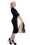 Het winkelen de jonge die zakken van de vrouwenholding op witte studioachtergrond worden geïsoleerd Liefdemanier en verkoop Geluk Stock Foto's