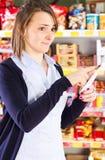 Het winkelen in de kruidenierswinkelopslag royalty-vrije stock afbeeldingen