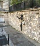 Het winkelen de zak bengelt van hand van La passe-Muraille, Montmartre, Parijs royalty-vrije stock fotografie