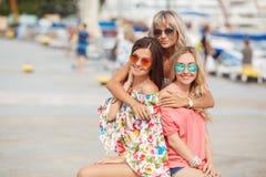 Het winkelen dichtbij overzees drie gelukkige vrienden Stock Foto