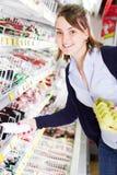 Het winkelen in een kruidenierswinkelopslag royalty-vrije stock foto