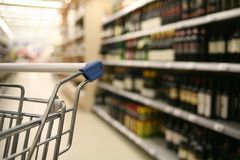 Het winkelen in een supermarkt royalty-vrije stock afbeelding