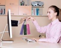 Het Winkelen en de Leverings krijgt de jonge Vrouw van Internet Aankopen royalty-vrije stock foto