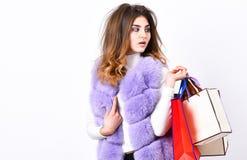 Het winkelen en Giften Fashionista koopt kleren op zwarte vrijdag Het vest van de meisjesmake-up bont violette het winkelen witte royalty-vrije stock foto