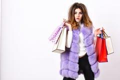 Het winkelen en Giften Het vest van de meisjesmake-up bont violette het winkelen witte achtergrond Vrouw het winkelen luxeboutiqu stock foto's