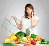Het winkelen fruit en veggies stock fotografie