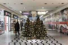 Het winkelen galerij in Kerstmistijd Stock Foto's