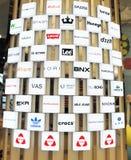Het winkelen gidsmuur van merkembleem Stock Fotografie
