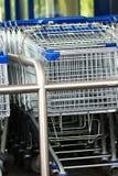 Het winkelen karretje buiten een supermarkt royalty-vrije stock foto's
