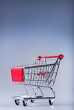 Het winkelen karretje 3D geproduceerd beeld Het winkelen karretje op muti collored achtergrond Royalty-vrije Stock Fotografie